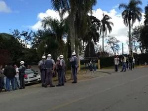 Policiais estão na frente do laboratório Tecam (Foto: Jéssica Pereira/ Arquivo Pessoal)