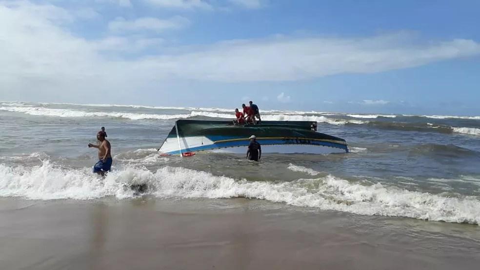 Barco de pesca virou durante entrada da barra em Itanhaém, SP — Foto: Alessandro Lima/Arquivo Pessoal