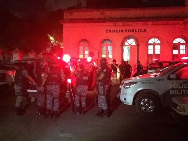 Movimentação na frente da Vidal Pessoa, na noite deste domingo (8) (Foto: Matheus Castro/G1 AM)