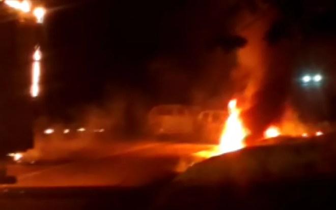 Carros sendo queimados após explosão de caixas eletrônicos em Morungaba (Foto: Reprodução EPTV)
