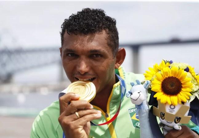 Isaquias Queiroz medalha de ouro no C1 1000m — Foto: André Durão/ge