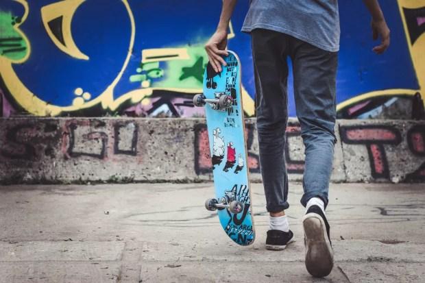 Jovem praticante de skate, um dos esportes que pode aumentar a atividade física entre adolescentes — Foto: Unsplash