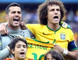 Julio Cesar e David Luiz com a camisa do Neymar na hora do hino (Foto: Jefferson Bernardes / VIPCOMM)