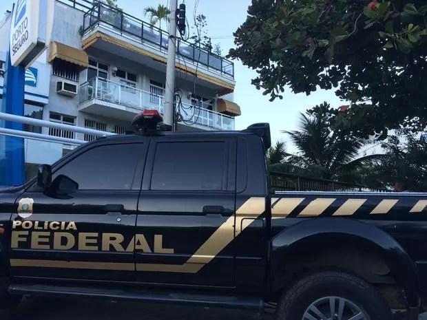 Agentes da Pf chegam em condomínio na Barra da Tijuca (Foto: Pedro Figueiredo/TV Globo)