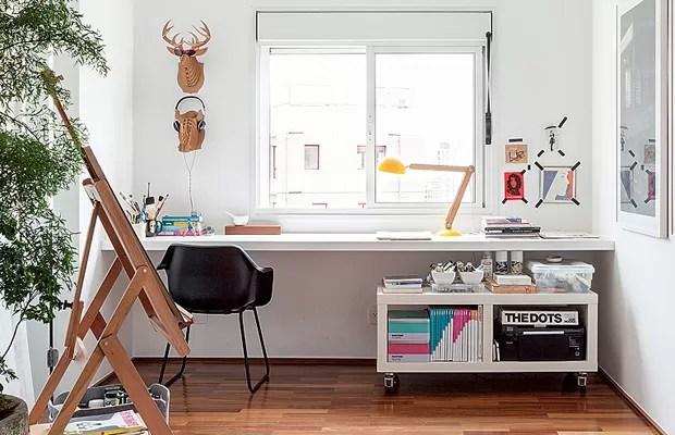 Cabeças de bichos de papelão, lembranças de uma viagem à Austrália, deixam mais divertido o escritório do arquiteto Alexandre Skaff, que também é estúdio de pintura. Sobre a bancada, um módulo com rodinhas facilita a organização (Foto: Lufe Gomes/Editora Globo)