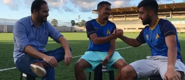 Maikon cumprimenta Filipe André no Estádio da Ufal — Foto: Reprodução Aliança