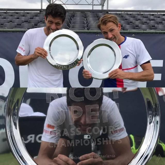 Marcelo Melo e Lukasz Kubot com troféu de Hertogenbosch (Foto: Crédito: Divulgação)