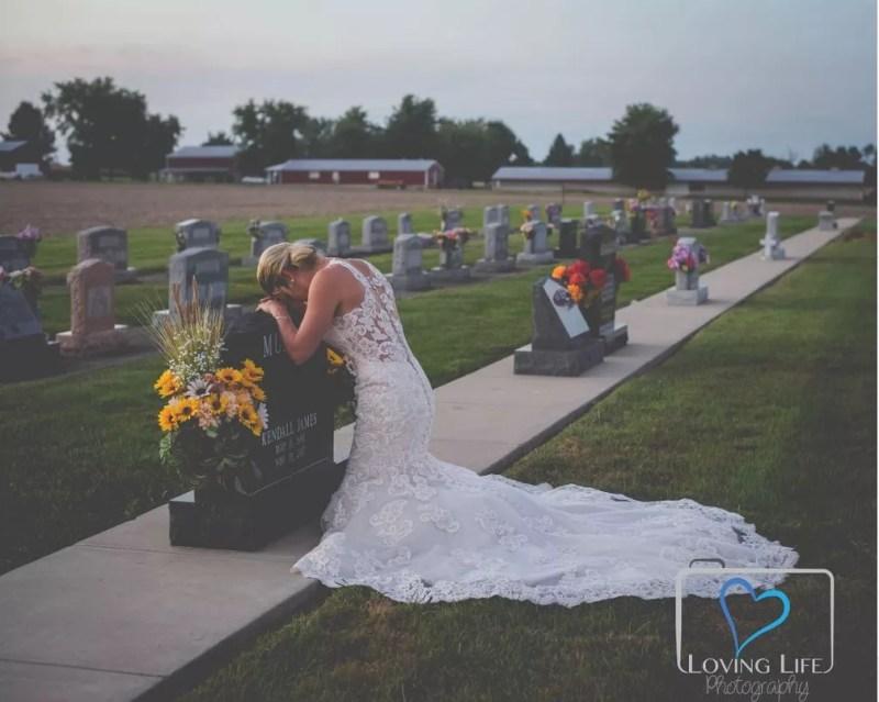 Jessica se ajoelhou diante da lápide de Murphy, com quem se casaria naquele dia — Foto: Reprodução/Facebook/Loving Life Photography