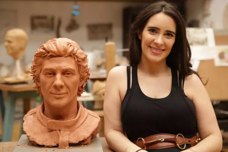 Paula Senna, sobrinha de Ayrton, ao lado da escultura que fez em homenagem ao tio — Foto: Reprodução/Ayrton Senna