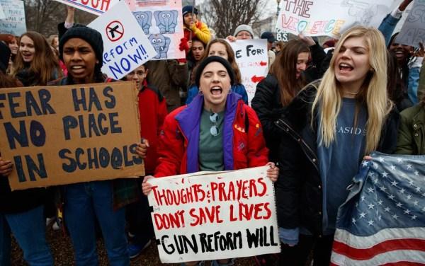 Manifestação por controle de armas em frente à Casa Branca após massacre em escola na Flórida (Foto: AP Photo/Evan Vucci)