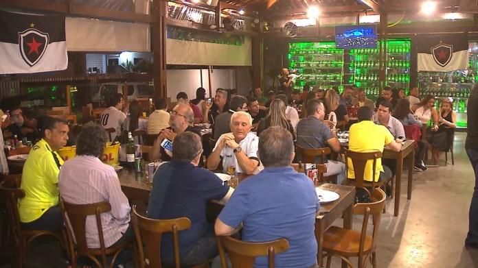 Festa pelo título paraibano reuniu jogadores e familiares num restaurante da orla de João Pessoa (Foto: Reprodução TV Cabo Branco)