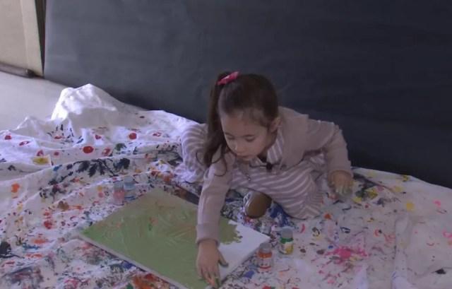 Manu tem 4 anos e recebeu o convite para participar de exposição no Louvre em Paris — Foto: TV TEM/ Reprodução
