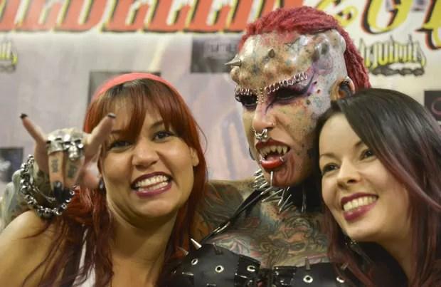 Mexicana María José Cristerna foi atração de uma feira internacional de tatuagens em Medellín (Foto: Raul Arboleda/AFP)