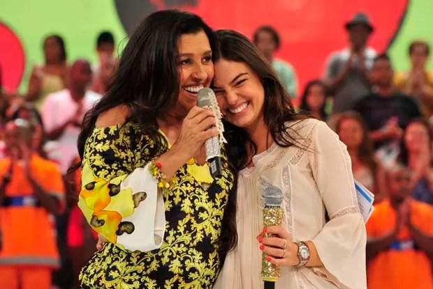 Regina Casé recebe Isis Valverde no palco do Esquenta! (Foto: TV Globo/ Alex Carvalho)