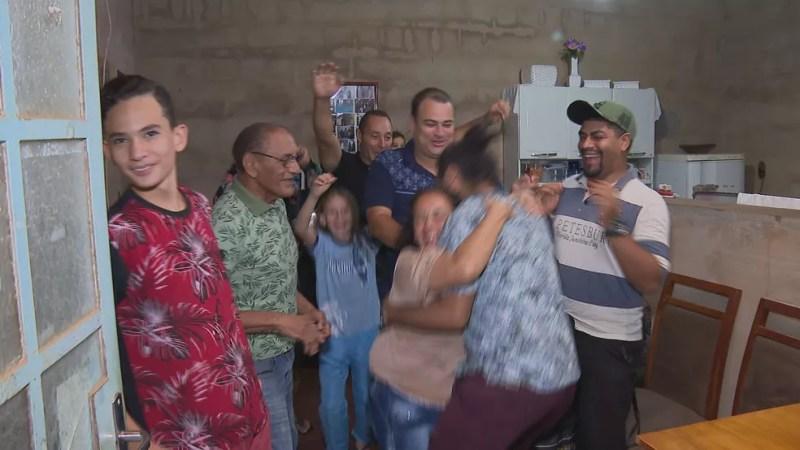 Família comemora aprovação de Lucas em PAS da UnB — Foto: TV Globo/Reprodução