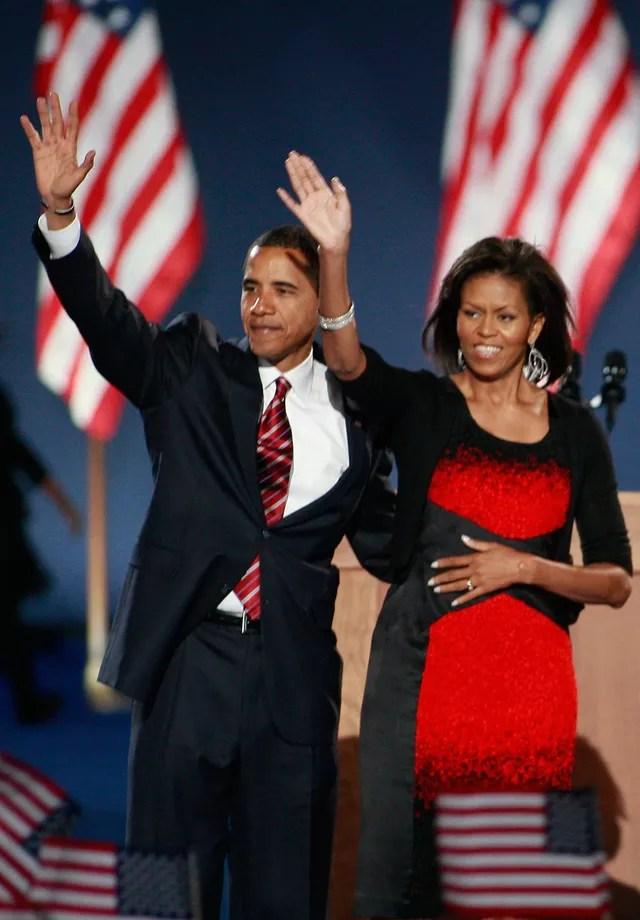 Michelle Obama usou um vestido by Narciso Rodriguez durante o discurso de vitória de Barack Obama em novembro de 2008 (Foto: Getty Images)