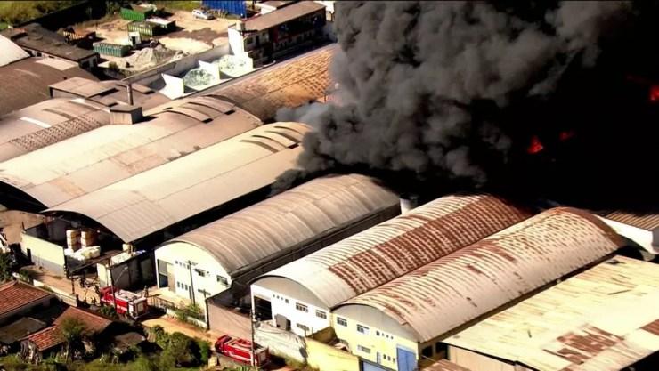 Incêndio em indústria química em Guarulhos (Foto: reprodução/Globo News)