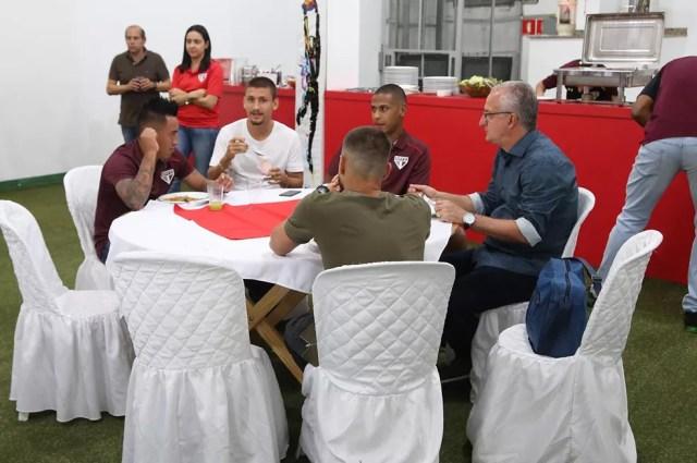 Cueva e Dorival Júnior jantam juntos no refeitório anexo ao vestiário do Morumbi após a vitória do São Paulo  (Foto: Rubens Chiri / saopaulofc.net)