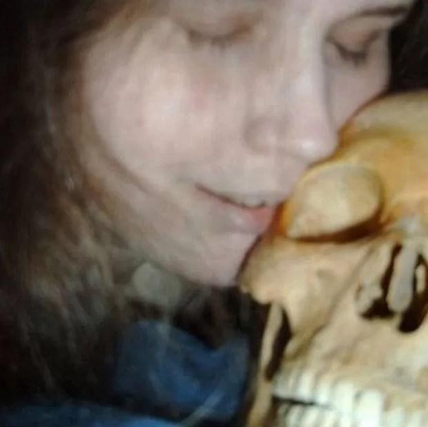 Foto mostra a mulher em momento íntimo com um dos crânios.  (Foto: Reprodução)