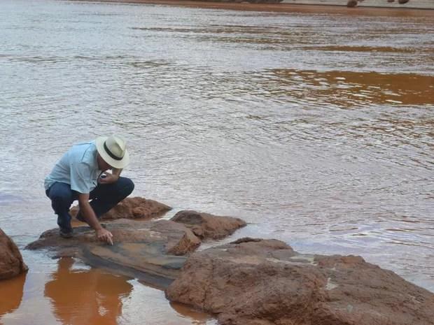 Engenheiro do Incaper de Colatina, no Espírito Santo, mostra o minério que fica nas margens do Rio Doce (Foto: Viviane Machado/ G1)