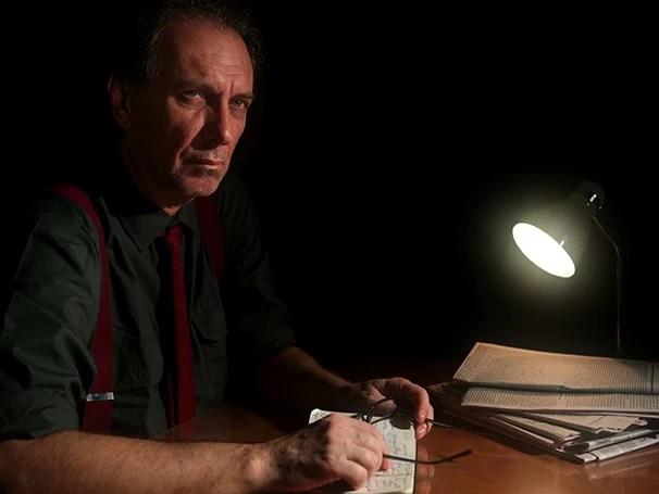 No monólogo, o jornalista Adão recebe a visita de personalidades históricas (Foto: Divulgação)