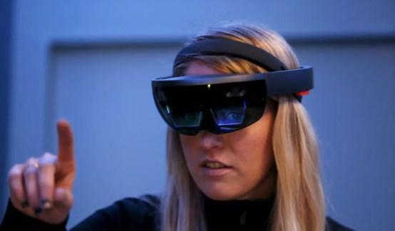 Funcionária da Microsoft testa os óculos de realidade aumentada HoloLens. (Foto: Beck Diefenbach/Reuters)