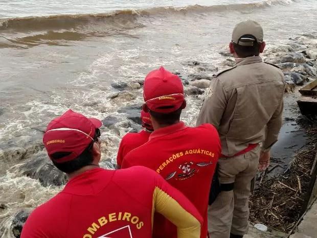 Equipes de mergulhadores do Corpo de Bombeiros tentam conter vazamento de óleo nas águas do rio Pará após naufrágio com 5 mil bois vivos em Barcarena. (Foto: Guilherme Mendes/TV Liberal)