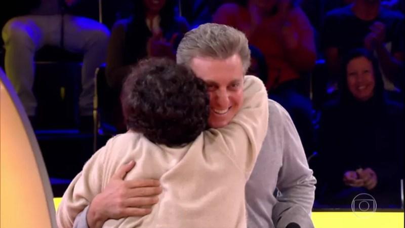 Beth se empolga e abraça Luciano Huck — Foto: Gshow