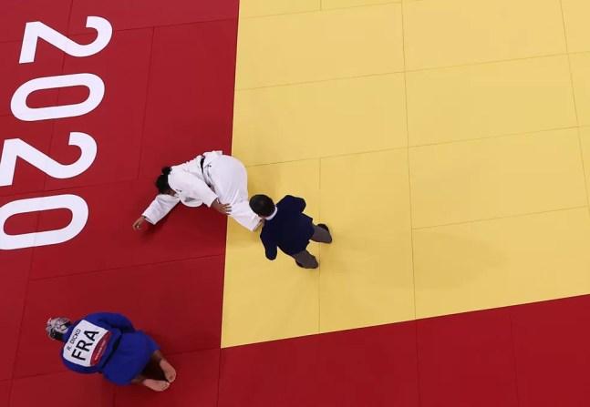 Maria Suelen Altheman no chão sentindo dores no joelho esquerdo nas quartas de final da categoria acima de 78kg do judô nas Olimpíadas de Tóquio 2020 — Foto: REUTERS/Sergio Perez