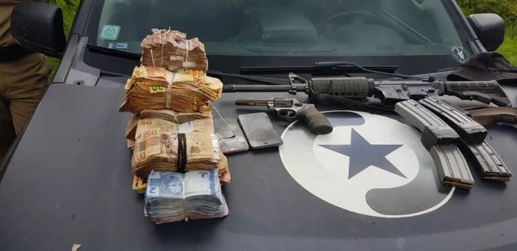 Armas e dinheiro apreendidos com os bandidos em Mirim Doce, SC. — Foto: PM-SC/Divulgação