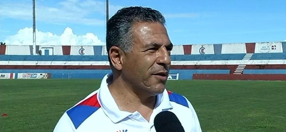 Luizinho Vieira é o técnico do Gigante pelo segundo ano consecutivo (Foto: Reprodução/TV Anhanguera)