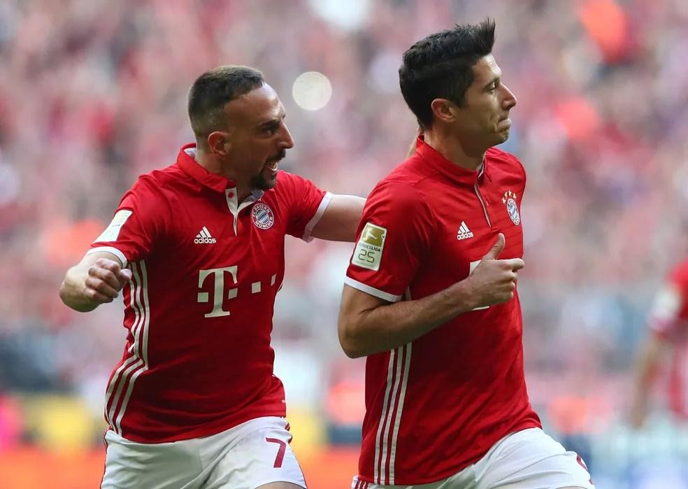 Lewandowski e Ribery em goleada do Bayern sobre o Borussia Dortmund (Foto: Reuters)