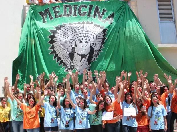 Novatos posam para foto no início do trote da Faculdade de Medicina em Campos, RJ (Foto: Wallington Cordeiro/FMC)