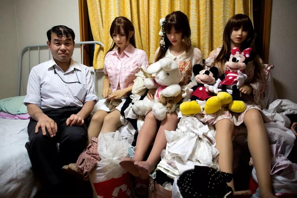 Masayuki Ozaki posa ao lado de suas bonecas de silicone em seu quarto (Foto: Behrouz Mehri / AFP )