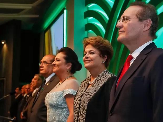 A presidente Dilma Rousseff na cerimônia de posse de Kátia Abreu na CNA, ao lado da senadora e do presidente do Congresso, senador Renan Calheiros (Foto: Ricardo Stuckert Filho / Presidência )