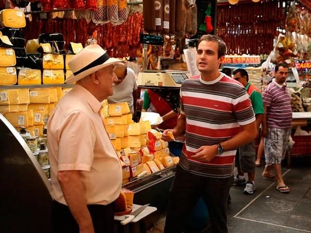 Max Fercondini visita o Mercado Municipal de São Paulo no primeiro programa da série sobre água (Foto: Divulgação)