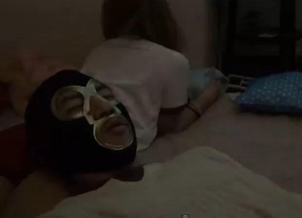 Por R$ 22,90, cliente também pode dormir por três minutos com a cabeça sobre o bumbum da garota (Foto: Reprodução)