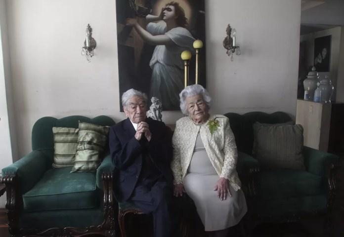 Julio Mora Tapia, de 110 años, Waldramina Quinteros, de 104. Casal mais velho do mundo — Foto: Dolores Ochoa/AP