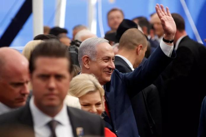 Bejnamin Netanyahu acena ao chegar para a inauguração da Embaixada de Israel nos EUA (Foto: Reuters/Ronen Zvulun)