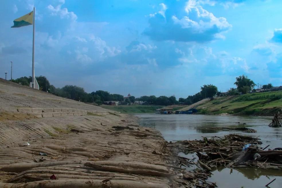 Com a seca, lixo e entulhos que ficam dentro do rio é exposta durante a estiagem — Foto: Hugo Costa/Arquivo pessoal