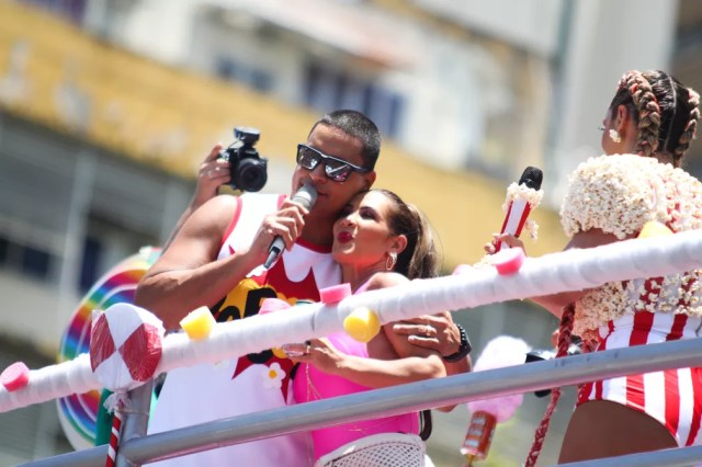 Scheila Carvalho e Xanddy no trio de Carla Perez (Foto: Tiago Caldas /Ag Haack)