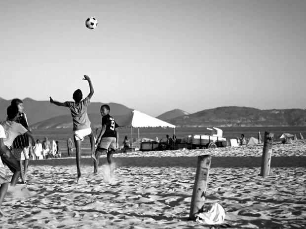Crianças jogam futebol na Praia do Forte, em Cabo Frio, RJ (Foto: Rui Ramos)