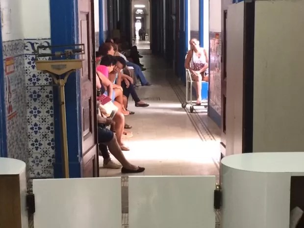 Corredor da reumatologia do Hospital Geral da Santa Casa do Rio, com pacientes esperando atendimento (Foto: Cristina Boeckel/ G1)