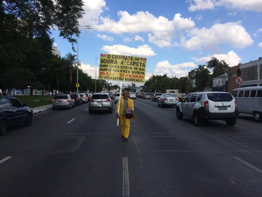 Lacarmélio Alfêo de Araújo desafia os perigos do trânsito de São Paulo para vender suas histórias em quadrinhos (Foto: Glauco Araújo/G1)