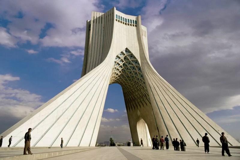 Azadi Tower, em Teerã (FOTO: REPRODUÇÃO)