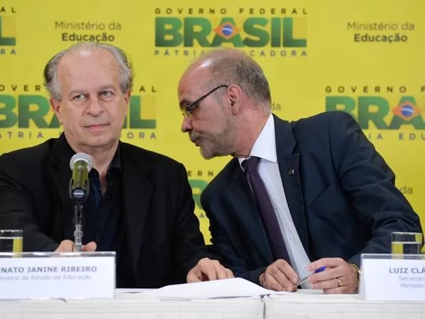 O ministro da educação Renato Janine Ribeiro, ao lado do secretário-geral do MEC, Luiz Cláudio Costa, anuncia o balanço do primeiro semestre de 2015 do FIES (Foto: Wilson Dias/Agência Brasil)