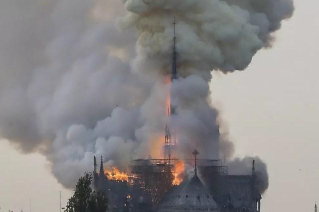 Incêndio atingiu a Catedral de Notre-Dame nesta segunda (15) em Paris. — Foto: François Guillot/AFP