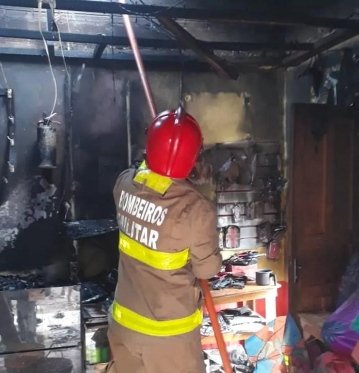 Incêndio teria começado pelo condensador do ar-condicionado — Foto: Divulgação/Corpo de Bombeiros