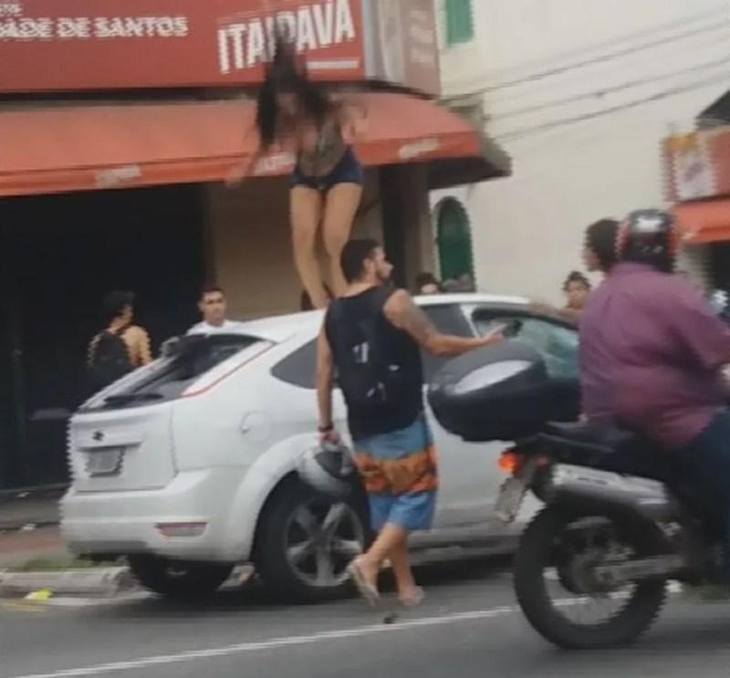 Carro foi vandalizado após cliente se recusar a pagar o programa em Santos, SP. (Foto: Reprodução/G1)