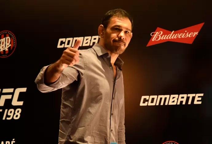 Rogério Minotouro coletiva UFC 198 (Foto: André Durão)
